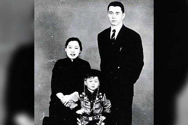 Джеки в детстве с родителями