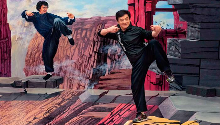 Джеки Чан тренируется